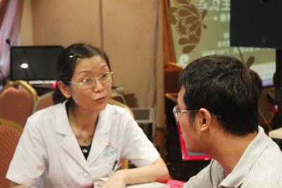 吕素华副主任医师向咨询者提出孕育建议